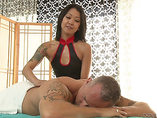 Tattooed Oriental Masseur Provides Her Customer With A Wonderful Wang Ride